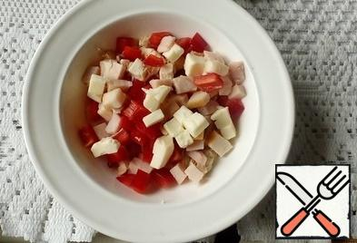 Cut the ham, pepper and melted cheese into cubes, mix.