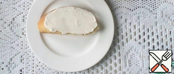 Spread the pieces of baguette with cream cheese.