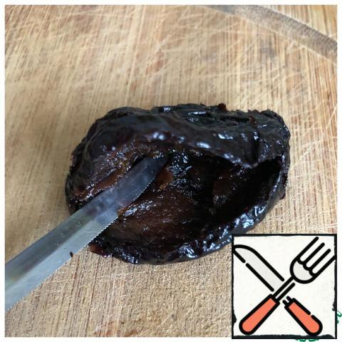 Wash the prunes and wipe them dry. Make an incision on the prunes vertically in half to make a pocket. Fill the prunes with curd mass.