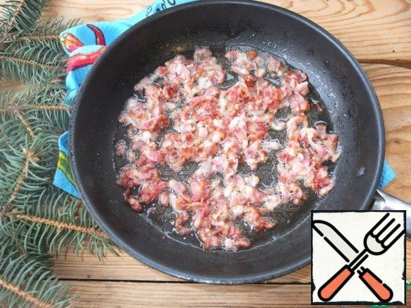 Chop the bacon and fry in a dry frying pan until crisp.