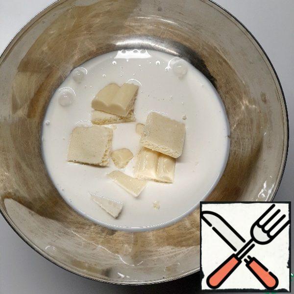 Break the chocolate into cream pieces. Melt in a water bath, stirring.