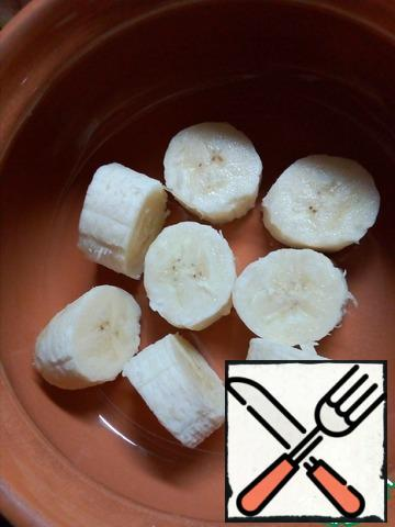 Cut a ripe banana into pieces and knead with a fork or three in a coarse grater so that there are small pieces, not mashed potatoes.