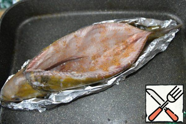 Wash the fish inside, dry it, rub it with salt, lemon juice, a mixture of peppers. We take the form, put the foil in two layers, grease with oil. We put the perch on the foil, fix the fish. We leave to marinate.