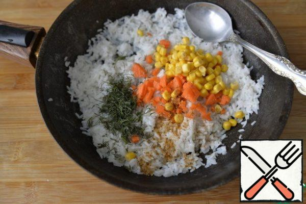 Put salt, a mixture of peppers, melted butter, corn, finely chopped carrots, chopped dill in the cooled rice.