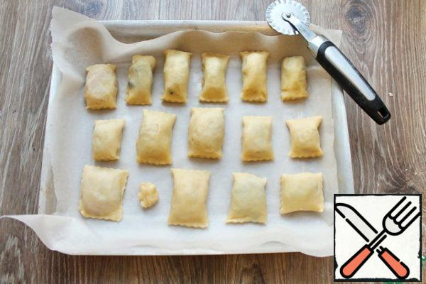 Line a baking sheet with baking paper and spread out the cookies.