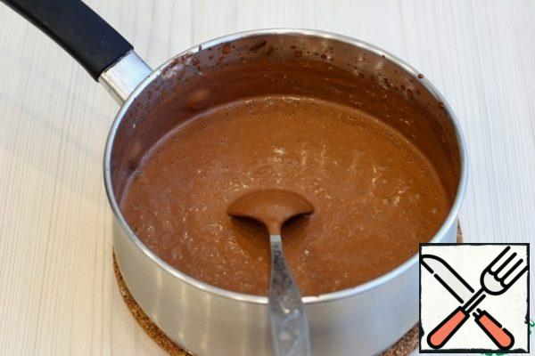 For the cream: Place the cream (350 ml) over medium heat and bring to a boil. Do not boil! Remove from heat. Then add chocolate (150 gr.). Melt the chocolate in the hot cream. Stir the mixture with a culinary spatula until smooth, you can beat with a mixer.