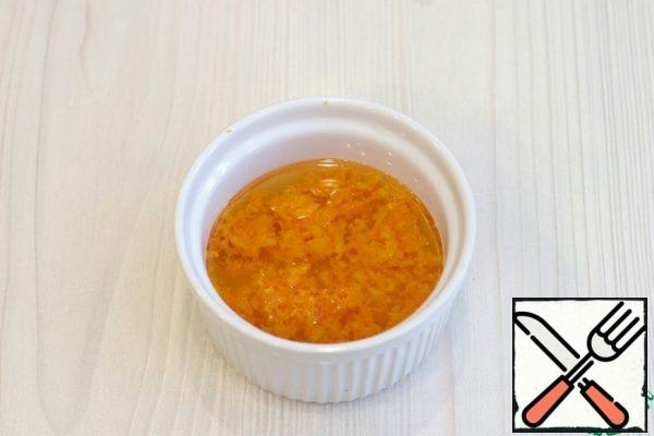 Remove the zest from the orange, squeeze the juice (30 ml.). Add orange juice, orange zest (2 tablespoons) to the bowl, add vegetable oil (30 ml.). Stir the mixture.