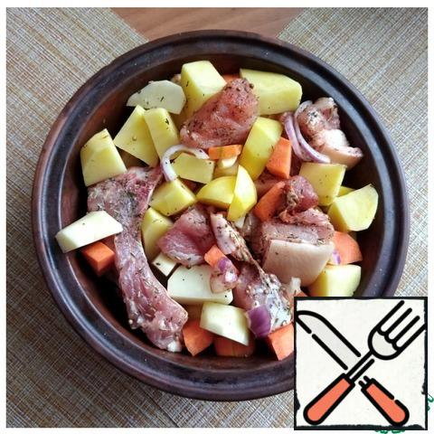 The meat was marinated. It gave juice, became fragrant. I sent him potatoes and carrots. Mixed it up.