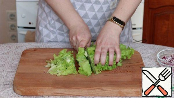 Cut the lettuce leaves. Of course, they say that it is better to tear the salad with your hands, but to be honest, I do not see much difference and therefore I cut it with a knife. But this is purely my opinion.