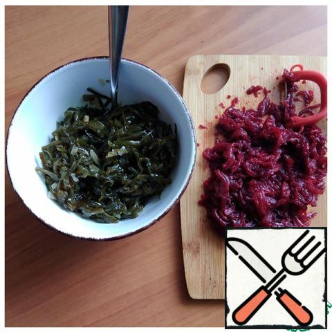 Open the jar and put its contents in a colander to drain the excess liquid. Canned food is more expensive with almost no liquid. We put the cabbage in a salad bowl. I grated the beets with a Korean grater. We send it to the cabbage.