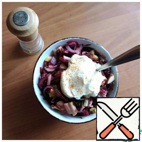 Season with mayonnaise. I have a homemade mayonnaise, the recipe of which I have been using for a long time. It's softer than a store-bought one. I'll give you the link below. Pepper with red hot pepper. Use your favorite pepper. Mix everything together. In principle, the salad is already ready!