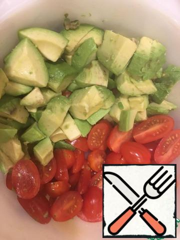 """First of all, mix the oil, balsamic vinegar and seasoning """"Italian herbs""""in a cup. While we chop the vegetables, let the seasoning infuse. Tomatoes are cut in half, and the avocado is cut into squares, the size of the halves of tomatoes."""