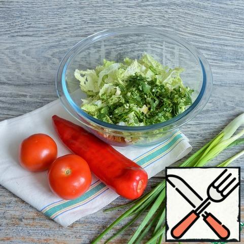 Chop the Peking cabbage, add sugar, add a little salt, and rub lightly with your hands. Chop the coriander and garlic and mix with the cabbage.