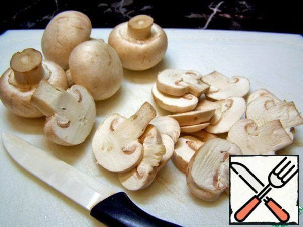 The composition of the salad includes raw mushrooms. It is necessary to choose young mushrooms of small size. They are simply wiped with a napkin and cut into thin plates. Unfortunately, my husband strongly objected to raw mushrooms, so I lightly fried them for 1-2 minutes. Decide for yourself: fry the mushrooms or not. Looking ahead, I can say that with raw mushrooms, the salad turns out more crispy, and with fried mushrooms, the mushroom taste and aroma are more pronounced.