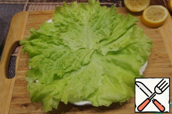 Line a flat plate with lettuce leaves.