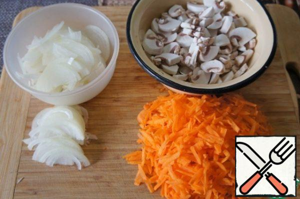 Cut 2 medium onions into half rings. Chop the mushrooms. Coarsely grate the carrots.
