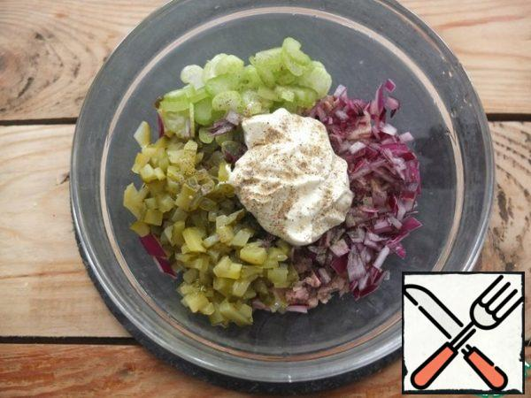 Red onions are also finely chopped. Add mayonnaise and lemon juice, pepper to taste. Mix it up.
