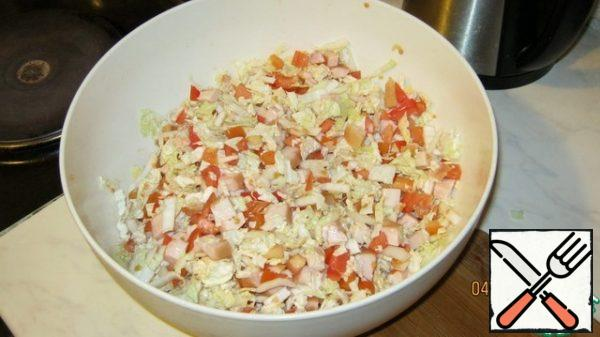 Mix the main ingredients. Pekinka, tomatoes and breasts. We got the base of the salad, which can be safely stored in the refrigerator for 1-2 days,