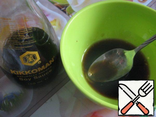Prepare the dressing. Mix honey, soy sauce, lemon juice, black pepper, vegetable oil.