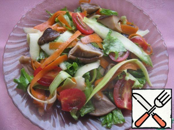 Pour the salad dressing, mix, and sprinkle with sesame seeds, fried in a dry pan.