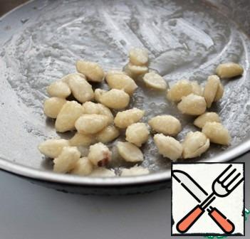 Heat the sugar in a saucepan with 1 tbsp of water to a light caramel, remove from the heat, add the almonds, a pinch of salt and stir.