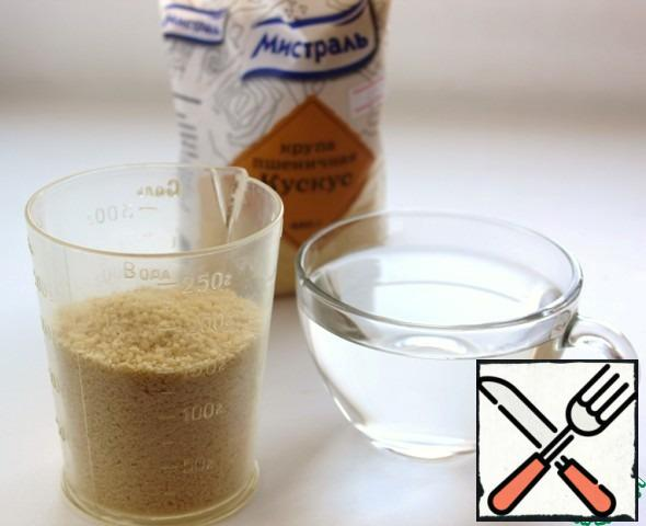 150 g couscous pour 250 ml of hot water or broth, add a tablespoon of vegetable oil, cover with a lid and let stand.