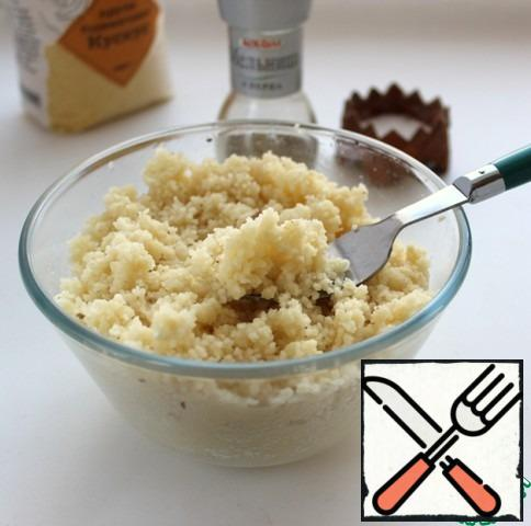 After 5 minutes, loosen the grits with a fork, add salt and pepper to taste. Mix with mushrooms, bacon, lemon, herbs. Beat 3 tablespoons of olive oil with lemon juice until smooth, season the salad, sprinkle with caramelized almonds and serve.