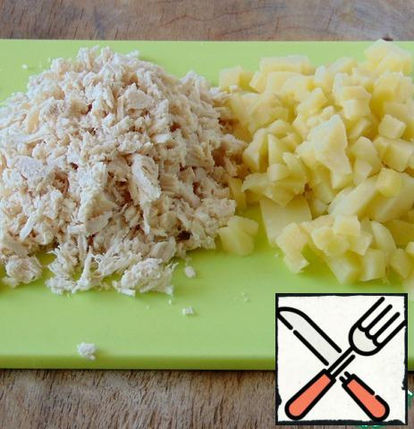 Cut the boiled potatoes into cubes, finely chop the breast.