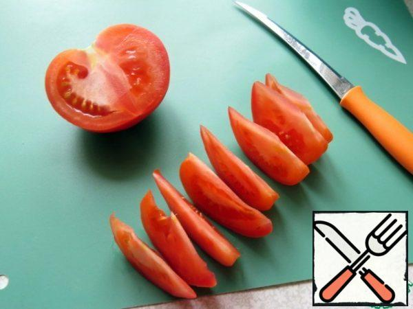 Cut the tomatoes into slices.