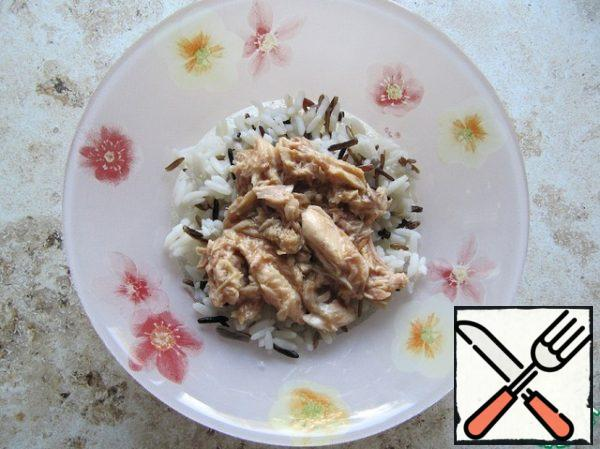 Mix the rice mixture with the chopped tuna (canned in its own juice). The proportions in the recipe are approximate.