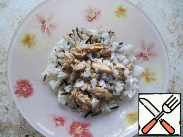 Add the onion to the rice-fish mixture.