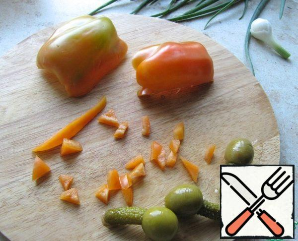 Chop a piece of seasonal pepper and add it to the rice.