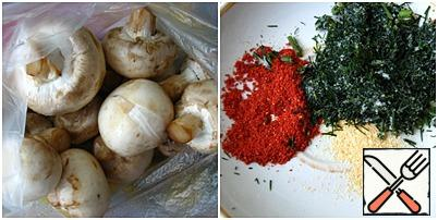 Rub the mushrooms and put them in a bag. Measure out the paprika, finely chopped dill (I took frozen) and crushed garlic (I have dry), and add them to the mushrooms.