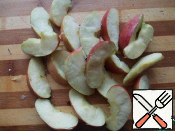 Cut the apples into slices and remove the seeds.