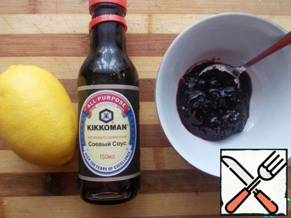 Prepare the ingredients for the sauce, soy sauce, lemon and currant ground with sugar, you can replace the currant jam.