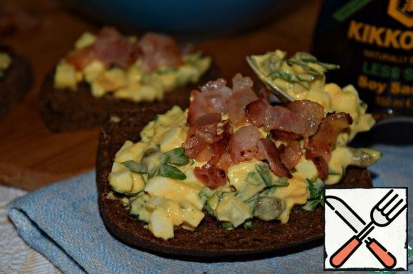It is very convenient and delicious to serve this salad on slices of black bread, croutons or toast, sprinkled with fried warm bacon.