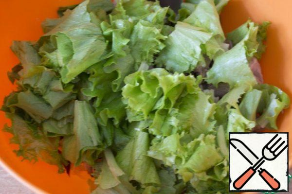 Wash the lettuce leaves and tear them into pieces.