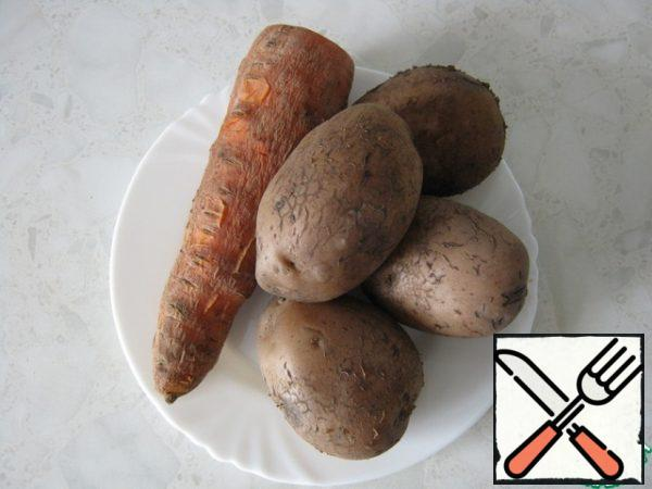 Boil potatoes and carrots in the skin, cool.