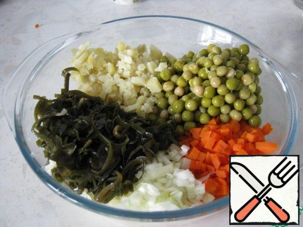 Drain the liquid from the peas and seaweed and add to the rest of the vegetables.
