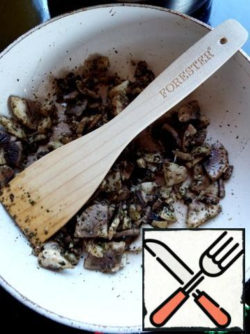 Fry the mushrooms for 3-5 minutes.