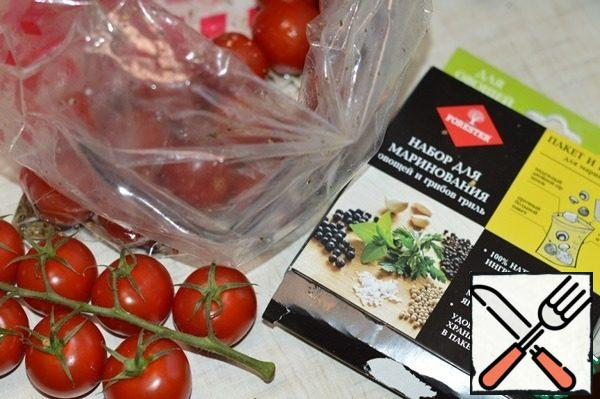 Mix spices for vegetables and mushrooms with oil and lemon juice. Put the tomatoes and spices, soy sauce and honey in a Forester bag for marinating, close the bag, shake well and leave for 10 minutes.