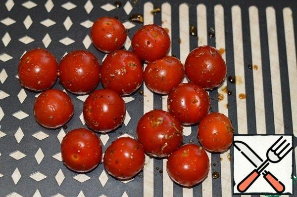 Place the tomatoes on a Forester grill pan and cook the cherries over the embers until tender. In the process of cooking, they need to be turned over to the other side.