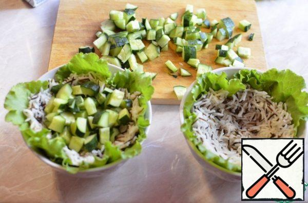 Place the chilled rice on top of the salad and spread it over the salad bowl to make a hollow in the rice. Put the cucumber in the recesses, then the cooled mussels. Serve the salad with a quarter of a lemon, if desired, season with olive oil. Delicious, satisfying and easy!