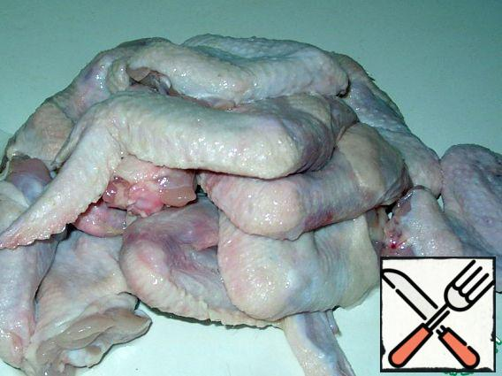 Wash the wings, dry them with a paper towel and cut off the most inedible, third part of the wing.