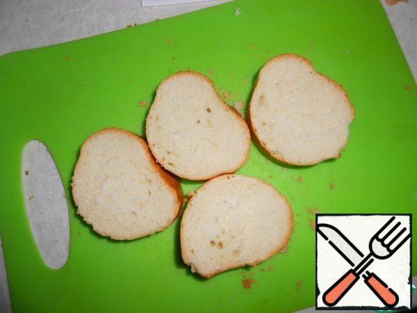 Cut the baguette into 4 pieces about 1.5 cm thick.