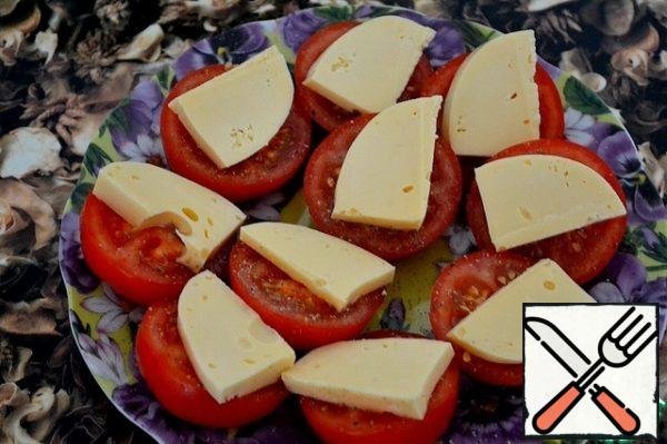 Tomatoes sprinkle with salt  (if you do not have enough salinity of soy sauce), sprinkle with sugar, season liberally with peppers. Top with slices of cheese.