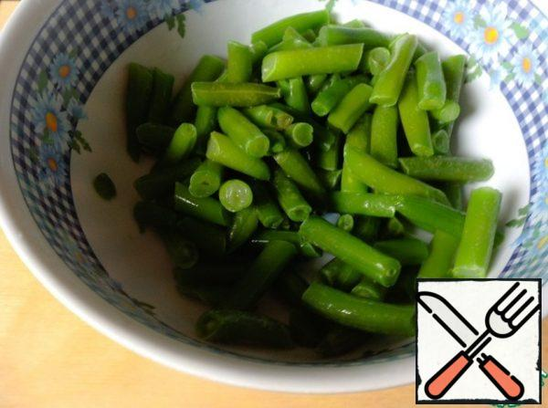 Wash the fresh green beans, cut off the tips. Defrost the frozen beans.