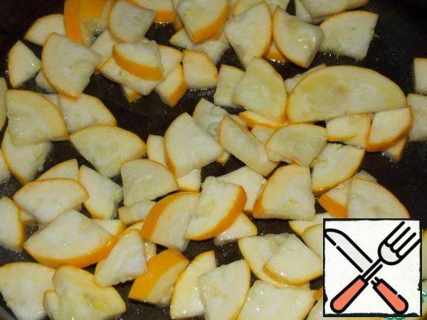 In a frying pan, pour a little vegetable oil and fry the zucchini (without liquid) on high heat for 2-3 minutes.