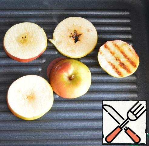 Cut the apples into 0.5 cm thick slices. Also brush with oil and cook on the grill on both sides until the characteristic stripes appear.
