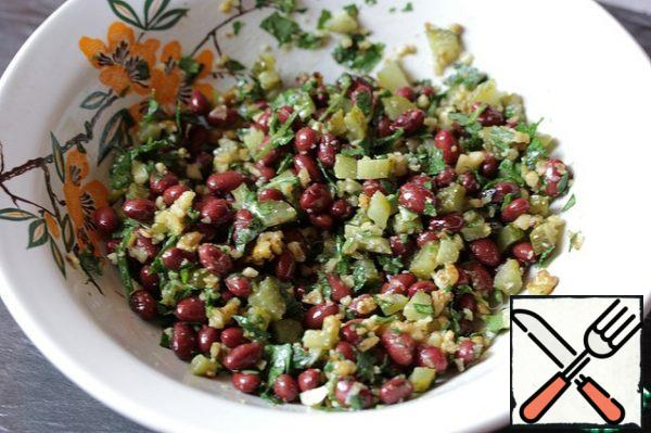 Season the salad with salt and walnut oil. The salad can be prepared in advance, its taste properties do not deteriorate the next day.